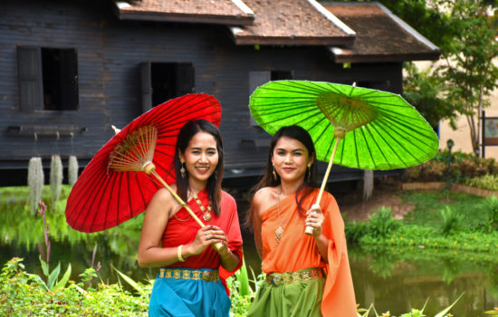 Thai girls in traditional Thai